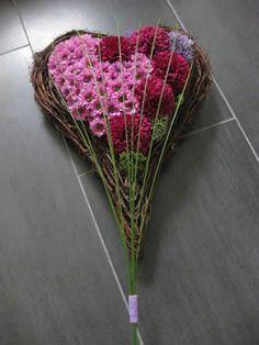 zelf bloemstukje maken Funeral Flower Arrangements, Funeral Flowers, Jar Of Hearts, Grave Decorations, Casket Sprays, Wreaths And Garlands, Sympathy Flowers, Valentine Wreath, Fresh Flowers