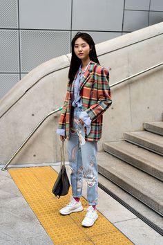 Lee Siyeon, SEOUL FASHION WEEK plaid print blazer in an oversize fit, boyfriend jeans sneakers and a plaid blazer outfit, South Korea Fashion, Seoul Fashion, Harajuku Fashion, Kpop Fashion, Japan Fashion, Fashion Outfits, Korea Street Style, Street Style 2018, Korean Street Fashion