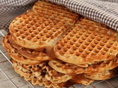 - Pappas Beste Vafler - Dad's Waffles - with light sour cream Small Cake, Cakes And More, Crepes, Sour Cream, Macarons, Sweets, Breakfast, Desserts, Food