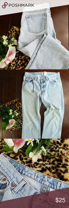 Vintage GAP Lightwash ankle jeans sz 10 These vintage Gap ankle jeans would be the perfect addition to your closet. Feel free to make an offer. Available pre-loved, no holes no tears no stains. Missing tag on waistband as pictured. GAP Jeans Ankle & Cropped