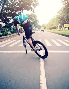 As a beginner mountain cyclist, it is quite natural for you to get a bit overloaded with all the mtb devices that you see in a bike shop or shop. There are numerous types of mountain bike accessori… Urban Cycling, Urban Bike, Road Bikes, Cycling Bikes, Mountain Bike Shoes, Mountain Biking, Bmx, Bici Fixed, Bike Messenger