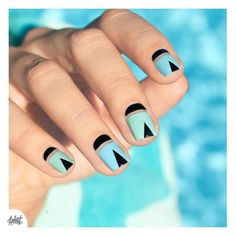 Negative space triangle nail art http://www.siempre-lindas.cl/