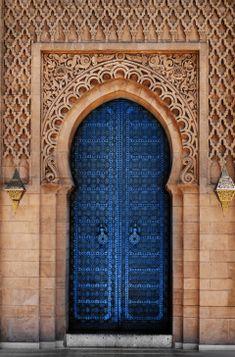 Islamic Architecture, Art And Architecture, Beautiful Architecture, Moroccan Doors, Moroccan Art, Design Lounge, Pantone 2020, Unique Doors, Old Doors
