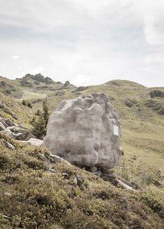 Un rocher chalet dans les alpes suisses - http://www.2tout2rien.fr/un-rocher-chalet-dans-les-alpes-suisses/