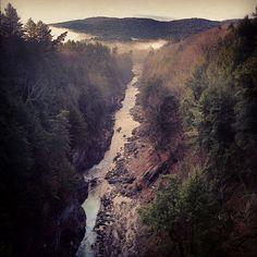 16 endroits surréels près de Montréal que tu dois absolument voir une fois dans ta vie - Narcity Le Vermont, Canada Travel, Ontario, Grand Canyon, Europe, Nature, Outdoor, Places To Visit, Suspension Bridge