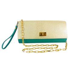 Bolso tipo clutch, elaborado en cuero color aguamarina y cobra beige, con herrajes bañados en oro.