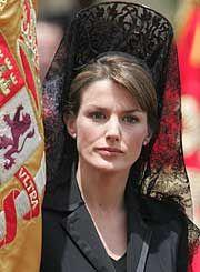 MANTILLA ESPAÑOLA PARA SEMANA SANTA. La reina de España, Leticia con mantilla