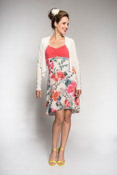 5d7f14469dd8f Articles similaires à Robe fleurie - Tissu ajouré - Fleurs brodées - Robe  estivale - Robe d été - Fait au Québec - Robe Violette blanche - Coupe  avantageuse ...