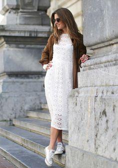 Looks en converse Converse Shoes Outfit, Dress With Converse, Dress With Sneakers, White Sneakers, Gold Bodycon Dresses, White Maxi Dresses, Midi Dress Outfit, Lace Dress, Converse All Star