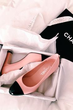 Chanel pumps in pink. Coco Chanel, Chanel Shoes, Chanel Pink, Chanel Tote, Balenciaga Shoes, Valentino Shoes, Chanel Handbags, Cute Shoes, Me Too Shoes