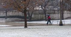 Moradores caminharam pela neve em Chicago, USA.  Fotografia: He Xianfeng/ Xinhua.