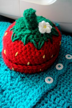 Free pattern for strawberry hat.  Crochet.