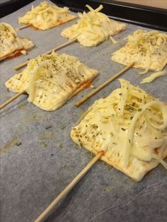 Snilleskök - Pizza på pinne - Pizza on sticks Dessert Recipes, Desserts, Prosecco, Delish, Brunch, Food And Drink, Appetizers, Pizza, Yummy Food