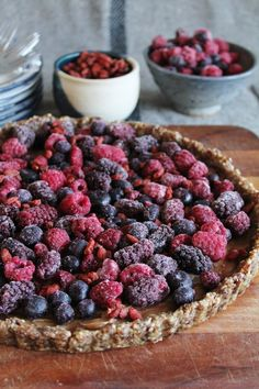 This Rawsome Vegan Life: Jewel fruit tart with caramel almond filling – Chef Raederle (re-pinner) recommends using dates, not maple syrup.