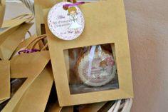 Galletas de comunión para entregar como recuerdo, decoradas con papel de azucar y fondant y presentadas en bolsita de papel con ventana. Fotopastel.com