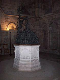 Fonte batismal da Catedral de Notre Dame de Rouen, França.  Fotografia: Giogo.
