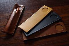 ヤマサキデザインワークス,YAMASAKI DESIGN WORKS,YMSK ペンホルダー 通販 販売 全国送料無料 Diy Leather Projects, Leather Craft, Leather Pencil Case, Leather Wallet, Leather Bag Design, Craft Bags, Leather Pieces, Pen Case, Small Leather Goods