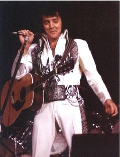 -Pittsburgh 1976 nothing can be nicer than to see Elvis live on stage. But what should it not have been if you could celebrate new year's Eve together with Elvis? That happiness was reserved for more than 16,000 fans in the Civic Center Arena, in Pittsburgh, Pennsylvania. There gave Elvis on 31 december 1976 his last concert of the year. Prove that Elvis was in top form, the recordings of the concert. But that you will also see on the photos we have put together for you here. Have fun!