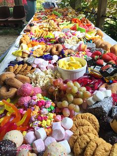 Dessert grazing table - for those who love something a bit sweet - Großfamilie Winzig Party - Party Platters, Party Food Buffet, Party Food And Drinks, Candy Buffet, 1st Birthday Foods, Boy Birthday, Buffet Original, Diy Dessert, Kids Dessert Table