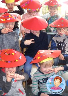 Crafting a Chinese hat with toddlers, Chinese hats for kindergarten, kleuteridee. Chinese New Year Crafts For Kids, Chinese New Year Activities, Chinese Crafts, New Years Activities, Fun Activities For Kids, Kindergarten Activities, Art For Kids, New Year's Crafts, Hat Crafts