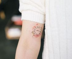 Maybe you remember the article about gorgeous clock tattoo ideas for men. Well, women often choose this type of tattoos too, so today let's find out Best Tattoos For Women, Tattoos For Kids, Family Tattoos, Tattoos For Daughters, Trendy Tattoos, Small Tattoos, Cool Tattoos, Tiny Tatoo, Tattoo Kind