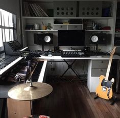 ✅ Live in an apartment and have no space for a home studio? Check out these 11 awe-inspiring home studio ideas for small apartments - Great ideas for how to set up a music studio in an apartment or small space! Home Studio Setup, Studio Layout, Music Studio Room, Studio Desk, Garage Studio, Studio Living, Configuration Home Studio, Rock Poster, Home Studio Musik
