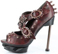Yo PIENSO los zapados son lindos.  Los zapatos son tacones.  Los zapatos son MÁS rojos QUE los otros zapatos.  Estoy INTERESADO en estos zapatos.