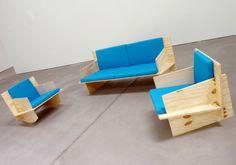 Een stoel van multiplex en een bank van multiplex, ontworpen door Fabian Freytag. De stoel is ook als schommelstoel te krijgen en alle meubels hebben een hele comfortabele zit, een stoere look...