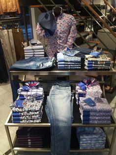 pull and bear Clothing Store Displays, Clothing Store Design, Denim Display, Visual Merchandising Fashion, Store Layout, Retail Store Design, Store Interiors, Menswear, Mens Fashion