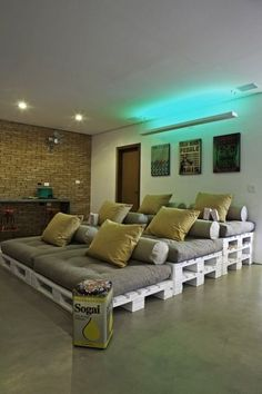 using recycled palettes and cushions to make elevated movie theater seating #projectorscreen