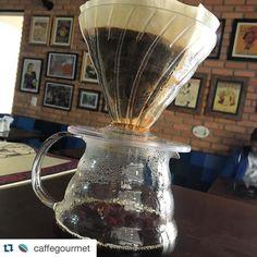 #Repost @caffegourmet with @repostapp.  Nós somos especilistas em café. Além da nossa torra artesanal aqui você prova nosso grão em diversas preparações. Na foto: HARIO! #hario #caffegourmet #coffee http://ift.tt/20b7VYo