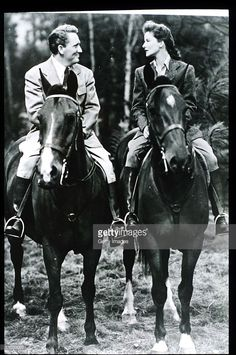 Katharine Hepburn And Actor Spencer Tracy Ride Horses In USA. Actress Hepburn Won Four Of Twelve Oscar Nominations For Best Actress And Starred In Such Classic Films As 'The African Queen' And 'On Golden Pond. Old Hollywood Stars, Golden Age Of Hollywood, Vintage Hollywood, Classic Hollywood, Hollywood Style, Kathrin Hepburn, Katharine Hepburn Spencer Tracy, Horse World, Vintage Horse