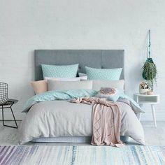 dormitorio-de-matrimonio-colores-pasteles-azul-rosa-cojines-silla-de-metal