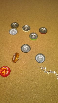 Apples to Applique: Bottle Cap Push Pins Beer Cap Crafts, Beer Bottle Crafts, Bottle Cap Projects, Diy Bottle, Cork Crafts, Easy Crafts, Diy Magnets, Bottle Cap Art, Old Bottles