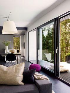 Sélection d'intérieurs de style contemporain avec des baies vitrées offrant une vue spectaculaire sur l'extérieur.