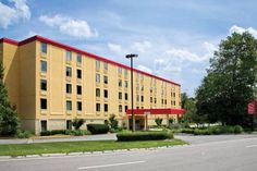 Red Roof Inn Boston Mansfield Mansfield (Massachusetts) Located less than 2 miles from both Interstate 95 and Interstate 495, this hotel features an outdoor swimming pool and free Wi-Fi. The Comcast Center, is 10 minutes' drive from the hotel.