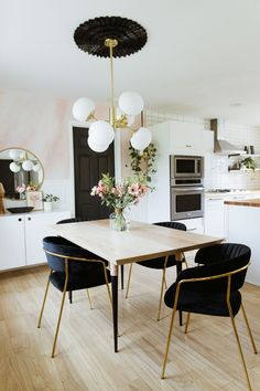 Get inspired by these dining room decor ideas! From dining room furniture ideas, dining room lighting inspirations and the best dining room decor inspirations, you'll find everything here! Luxury Dining Room, Dining Room Lighting, Dining Room Design, Black Dining Rooms, Modern Dining Rooms, Chandelier Lighting, White Dining Table Modern, Black And White Dining Room, Black White
