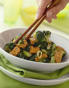 Knuspriger Tofu mit Brokkoligemüse - smarter - Zeit: 1 Std. | eatsmarter.de