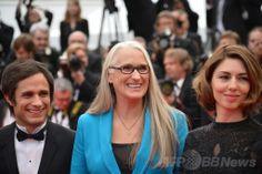 南仏カンヌ(Cannes)で、第67回カンヌ国際映画祭(Cannes Film Festival)開幕式の会場に到着した、審査委員長のジェーン・カンピオン(Jane Campion)監督(中央)ら(2014年5月14日撮影)。(c)AFP/ALBERTO PIZZOLI ▼16May2014AFP|「女性監督が少なすぎ、映画界は男性社会」カンヌ審査委員長 http://www.afpbb.com/articles/-/3015056 #Jane_Campion #Cannes_Film_Festival