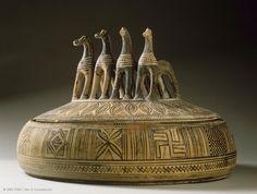 Pyxis attique | Musée du Louvre | Paris Pyxis circulaire  Vers 740 avant J.-C.  Provenance : Béotie ?  Athènes  H. : 22,30 cm. ; D. : 34 cm.  Acquisition, 1887