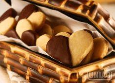 BOLACHINHAS DE AVELÃ COM CHOCOLATE 2 xícaras (chá) de farinha de trigo (220g) 1 xícara (chá) de manteiga (180g) ½ xícara (chá) de amido de milho (50g) 1 gema (cerca de 20g) ¾ xícara (chá) de União Glaçúcar (85g) 1 xícara (chá) de avelã moída (130g) 1 pitada de sal 250 gramas de chocolate meio amargo picado
