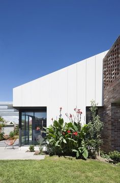 White cladding and brick combo House Cladding, Exterior Cladding, Cladding Design, Cladding Systems, Wall Cladding, Facade Design, Facade House, Clare Cousins, Gable House