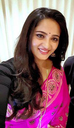 Beautiful Girl Indian, Most Beautiful Indian Actress, Beautiful Saree, Beautiful Gorgeous, Deepika Padukone Hair, Anushka Shetty Saree, Saree Poses, Actress Anushka, Thing 1