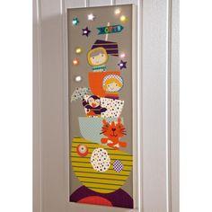 Ce tableau à ampoules LED de la collection Timbuktales créé par Mamas and Papas, est un joli élément de décoration dans une chambre d'enfant.