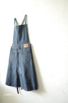 청바지로 앞치마를 만들었어요. 뒷모습 같지만, 앞입니다.ㅎㅎ 언젠가부터 꼭 만들어 보고 싶었던 앞치마입... Work Aprons, Cute Aprons, Diy Jeans, Sewing Aprons, Sewing Clothes, Salopette Jeans, Basic Wear, Denim Crafts, Apron Designs