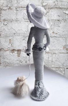 Muñeca elegante arte elegante en estilo retro. Señora con un perrito Yo de ganchillo de hilado de algodón ecológico. Esta muñeca cobrable será decorar cualquier rais interior, una sonrisa y atraer la atención. Puede colocar a sí mismo. Mejor regalo para mamá y niña Altura de 12 pulgadas (30cm)