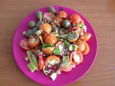 PISANA DOMAČA SOLATA - Sestavine: * 10 češnjevih paradižnikov * 1 paprika * 2 feferona * 6 kos oliv (pikantnih) * 2 žlici čičerike (vložen) * 1 žlica sončničnih semen * olivno olje Priprava: www.malinca.si/blog/pisana-domaca-solata