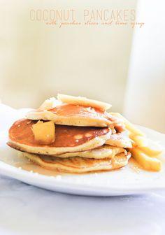 Pancakes al cocco con fettine di pesca e sciroppo di lime