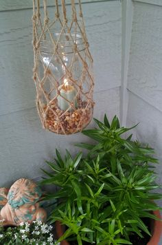 Easy DIY knotted candle holder to hang on deck or patio. Insert votive or flameless candle in mason jar. Gorgeous!
