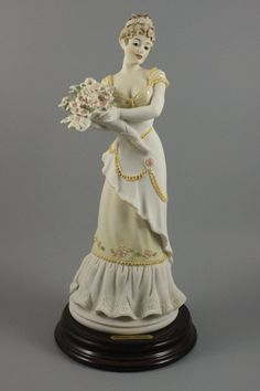 """MANUFACTURE: Florence - Giuseppe Armani (Italy) NAME: Flower Bouquet NUMBER: 529P ISSUED: 1993 CONDITION: MINT. NO BOX. HEIGHT: 11 inch / 27 cm WIDTH: 5 inch / 12 cm DEEP: 5 inch / 12 cm MARKED: """"1993"""